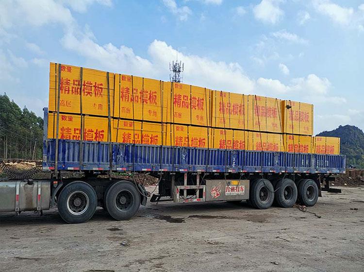 建筑模板2500张发往广州工地