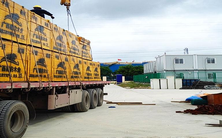 建筑模板订单发往新疆工地