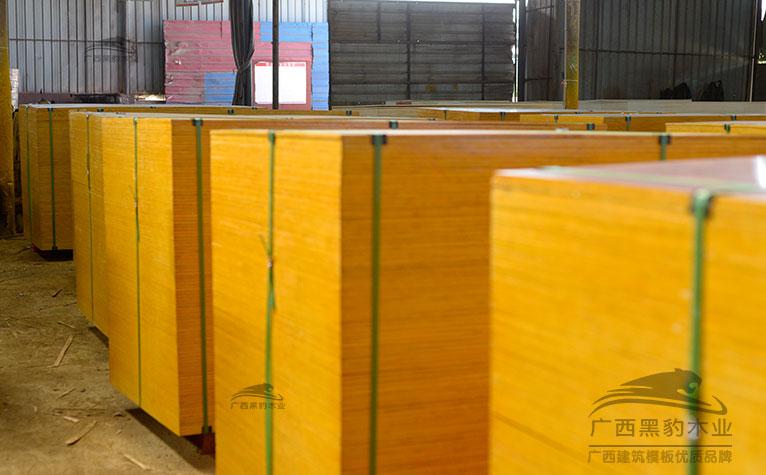 存放建筑覆膜板